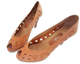 Vintage 80s Shoes Peep Toe Woven Leather Pumps Tan High Heels Size 8 1/2 M Distressed   Light Brown Open Weave 1980s Retro Office Footwear