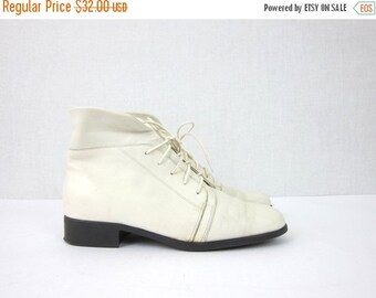 80s white leather ankle boots. granny boots. Vintage fold over Pippi booties. women's size 8W