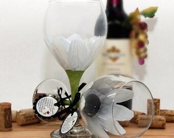 White Daisy, flower wine glass, hand painted wine glass, painted wine glass, gerber daisy, white table decor, wedding wine glass