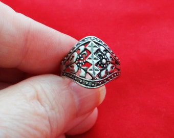 Vintage NOS new old stock silver tone ring in unworn condition, sizes available 7.75, 8, 8.5, 8.75