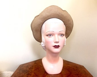 Vintage 1940s halo hat in beige natural straw with grosgrain trim