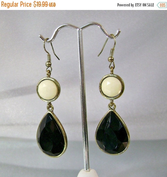 SALE Vintage Mod Earring 1960s Jet Black and Cream White Retro