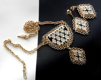 """Sarah Coventry's """"CANDLELITE"""" Light Gold Tone Necklace & earrings set - lacy openwork setting with shiny and dazzling rhinestones-Art.266/4"""