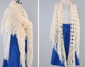 Vintage 70s cream hand knit fringed SHAWL / Perfect draped knit scarf / Bohemian fringe shawl