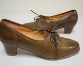 VINTAGE 70s Taupe Leather Tie Oxford Pumps w Rubber Lug Sole Italy Size 6.5 NOS