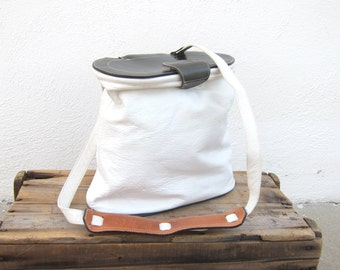 80s White and Navy Leather Saddle Basket Hobo Modern Cross Body Shoulder Purse