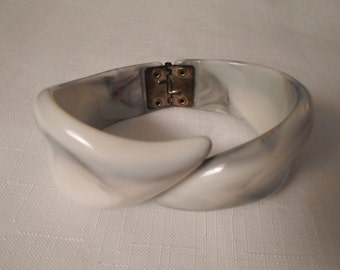 LUCITE CLAMPER BANGLE / Bracelet / Bypass / Art Moderne / Modernist / Mid-Century Modern / Retro /  Chic / Fashionista / Trendy / Accessory