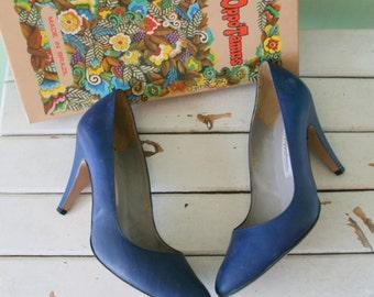 Vintage BLUE LEATHER Hipoppotamus Designer Heels..size 8.5 womens..navy blue leather. shoes. pumps. heels. classic. mod. nautical. mod. blue