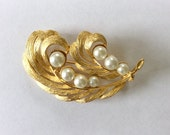 Vintage Pearl Leaf Brooch / Pearl Leaf Pin / Gold Tone and Faux Pearl Brooch / Large Pin / Vintage Costume Jewelry / Feather Pin