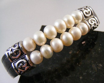 Vintage Button Pearl Bracelet in Sterling Silver and Leather.....  Lot 4664