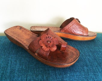 Hippie Boho Vintage 70s Tooled Leather Sandals Genuine Wood Wedge Platform Shoes Huaraches Clogs Flip Flops Thongs Mod Flower Brown Size 7