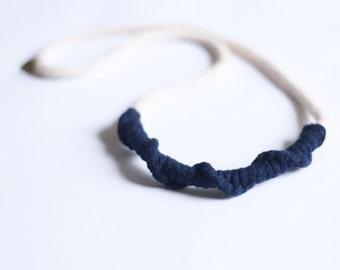 collier minimaliste noué de couleur naturelle avec couleur contrastante avec et derrière le cou / choisissez la couleur contrastante
