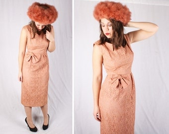Vintage 1950s Peach Lace Wiggle Dress with Bow / Size Small-Medium