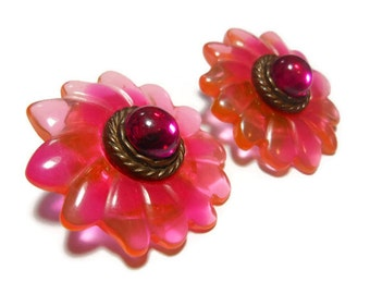 Daisy earrings, bright, colorful mixes of oranges and pinks, floral clips, molded lucite petals, glass cabochon center, bronze rope frame