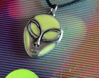 90s Glow in the Dark Alien Head necklace Roswell Area 51 UFO ET Extra terrestrial Outer Space sci Fi NOS on card