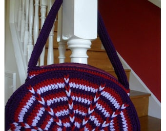 Crochet bag in 3 colors with lining, inside pocket and zipper fastening.