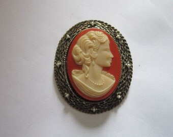Vintage Beautiful Glass Cameo Pretty Lady Brooch