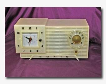 Very Rare Mid-1950's Sonic Tube Type AM Table Clock Radio - Marbled Translucent Plastic Case