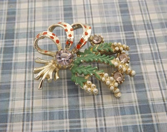 A fine Exquisite vintage Celtic / Scottish lucky white heather brooch in goldtone and enamelled metal set with sparkly lilac glass stones