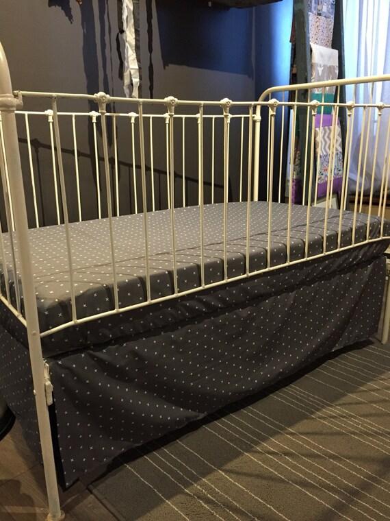 jupe de lit seule de b b motif croix sur gris charcoal. Black Bedroom Furniture Sets. Home Design Ideas
