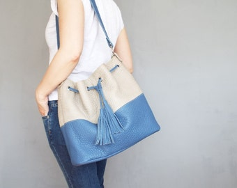 Leather bucket bag. Blue offwhite drawstring hobo bag.