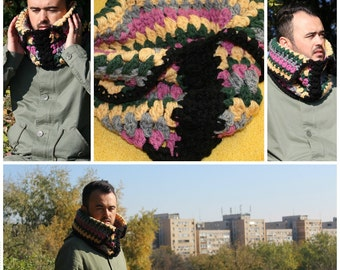 a collar , a crochet collar , (good hanging in a drawn  hanger )