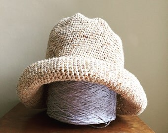 Summer beach hat in 100% cotton - Natural speckle yarn