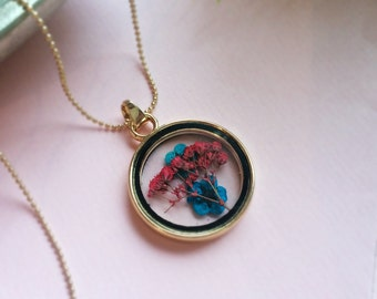 Statement necklace with real flowers