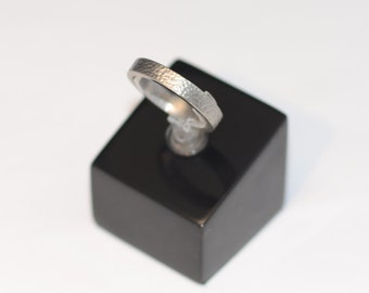 Titanium ring with rough surface