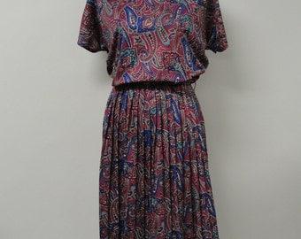 1291 - Vintage Day Dress Size L Burgundy Paisley Cap Sleeve Knee Polyester 1980s