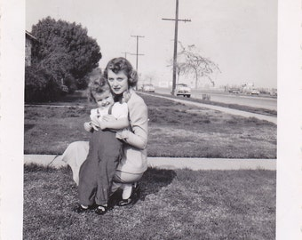 Vintage Photo 1950s Pretty Woman Mom Love Little Girl Black And White Snapshot Photos C330