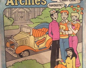 "ARCHIE, Betty, Veronica & Jughead 9"" Moveable Dolls in Carry Case"