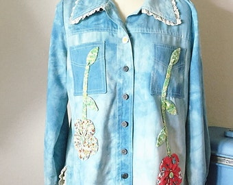 1970's Hippie Denim Tie Dye Applique Flowers Jacket Jean Top, Embroidered Calico Floral Vintage Jean Jacket, 70s Western Boho Hippie Jacket