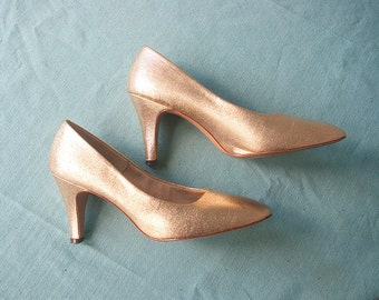 Vintage 1960s pumps | Gold Lamé High Heel Shoes | Rounded toe | by Botticelli Originals | Size 6