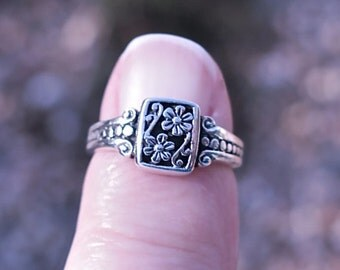 Pretty Vintage 925 Sterling Silver Flower Ring