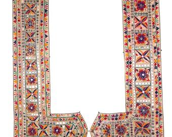 VINTAGE TEXTILE - Pair of Vintage Sankhia with flower design on cotton. Saurashtra, early twentieth century.