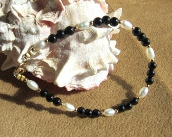 Bracelet black onyx 4mm, fresh water pearl, 12k goldfilled beads, or sterling silver available in 7, 7 1/2 and 8 inch in stock.