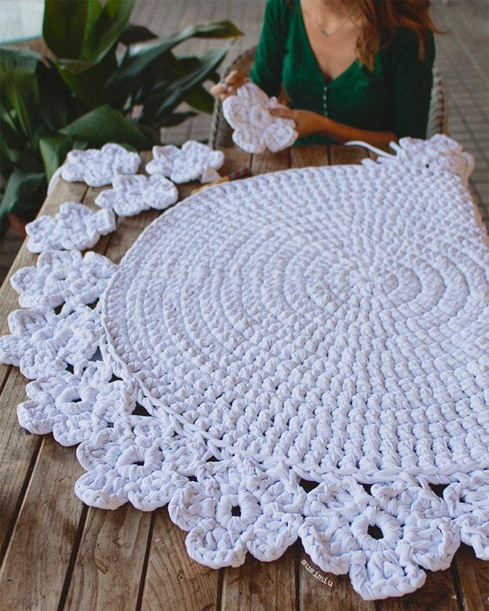 Alfombra tejida mano a crochet con trapillo modelo camelia for Como hacer alfombras a mano