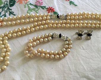 Vintage 'Richelieu' 1970's  Faux Pearl & rhinestone Bow jewellery Set. Excellent condition.