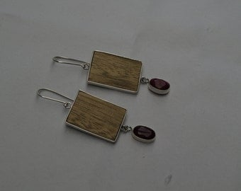 EARRINGS. Sterling silver, wood and ruby.  ARETES de madera, rubí y plata 960 (ar011)