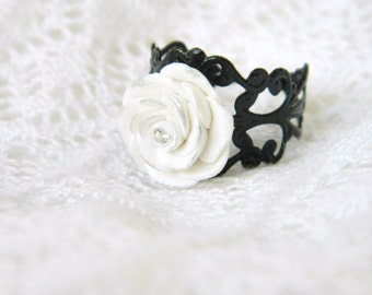 Romantic ring Black and White.-Ring with white roses made with polymer clay. Jewelry with roses-Black ring with polymer clay white rose