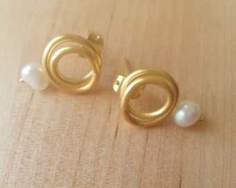 Small pearl and gold plated bronze earrings
