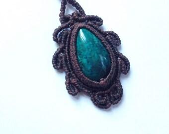 Macramè pendant with chrysocolla.