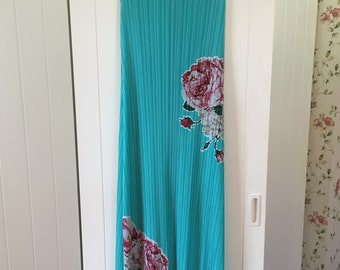 Turquoise pleated dress with roses embroidery