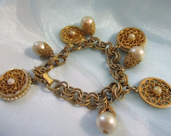 Beautiful Vintage Gold Toned and Faux Pearl Bracelet