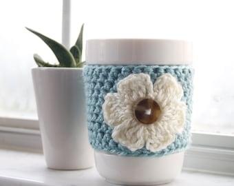 Café cosy en crochet. Café cosy avec une fleur. Aqua bleu café cosy. Boisson à la main confortable. Mug en plus chaud. Tasse de voyage. Boire du manche