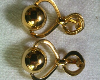 Vintage Vendome gold tone earring