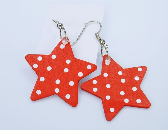 Star earrings made of wood red with white dots on silver-colored earrings rockabilly style with small white pearl star pendant Earrings