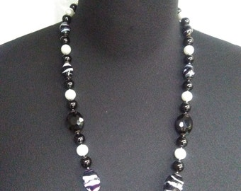 Necklace with pearls and glass pearls.