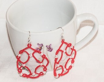 Earrings with red beads to tatting